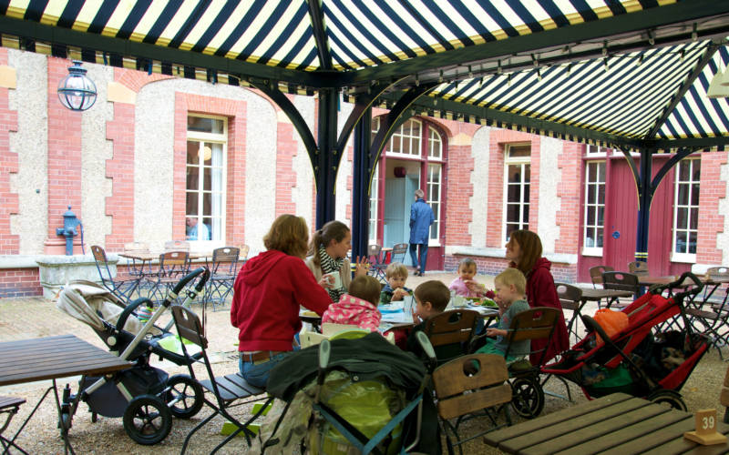family-stables-outside-eating-2000-1250-pascale