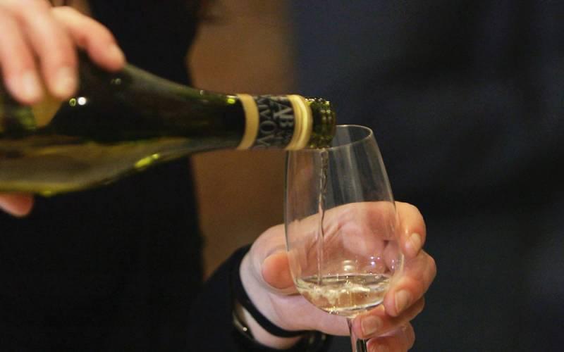 LP0201012-light-1000-625-Wine-tasting