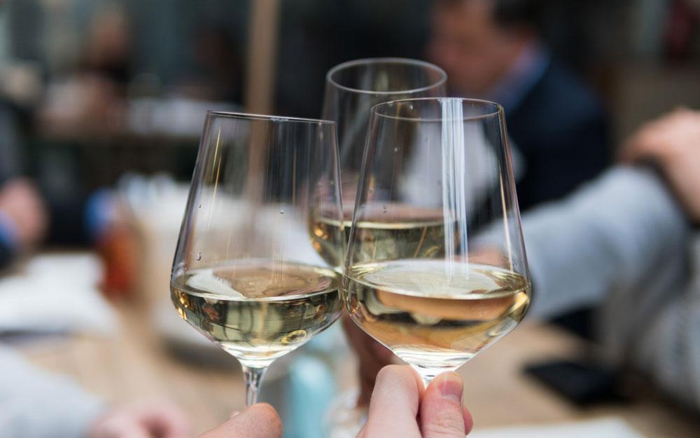 wine-white-wine-in-glasses-unsplash-kelsey-knight-1000-625